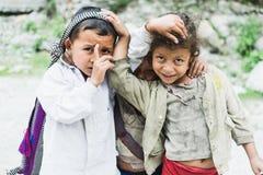 TATOPANI, NEPAL - EM MAIO DE 2015: retrato de três crianças Nepali que abraçam-se fotos de stock