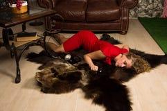 Tatortsimulation: lebloses blondes Lügen auf dem Boden Stockfotografie