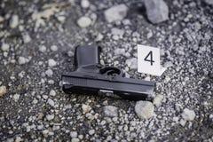 Tatortuntersuchung - schwarzer Pistolenbeweis Stockbild