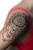Tatouage de henné de plan rapproché sur l'épaule du ` s de femme Photographie stock libre de droits