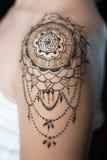 Tatouage de henné de plan rapproché sur l'épaule du ` s de femme Image stock