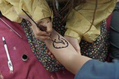 Tatouage noir de henné photographie stock