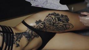 Tatouez l'artiste préparant la peau de son client au processus de faire le tatouage banque de vidéos