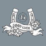 Tatouez le fer à cheval d'or avec des fleurs, le nombre mystique 13 et le ruban avec marquer avec des lettres la bonne chance illustration stock