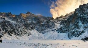 Tatra山的全景日落视图- Rysy峰顶 免版税图库摄影