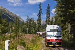 Tatra电铁路在高Tatras,斯洛伐克训练 库存图片
