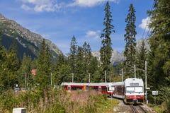 Tatra电铁路在高Tatras,斯洛伐克训练 免版税图库摄影