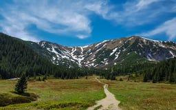 Красивый вид на национальном парке Tatra с горами в солнечном весеннем дне с деревней Zakopane голубого неба близрасположенной, П стоковые фотографии rf