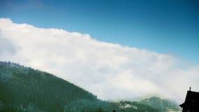 Tatra berg: Moln över blasten med blå himmel stock video