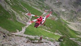 Tatra berg, Polen - JULI 4, 2015: Räddningsaktionhelikopter i tatrabergen stock video