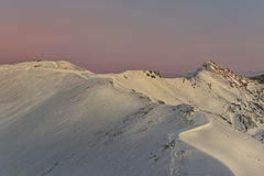 Tatra-Bergspitzen Swinica und Kasprowy Wierch während des Sonnenuntergangs Lizenzfreie Stockfotografie
