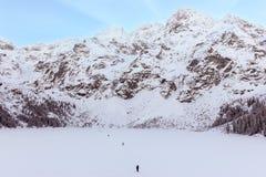 Tatra, das über einem gefrorenen See wandert Lizenzfreie Stockfotos