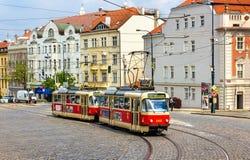 Tatra T3-spårvagnar på Pohorelec stoppar i det Hradcany området av Prague Det Prague spårvagnnätverket består av 142 km av spåret Royaltyfri Foto
