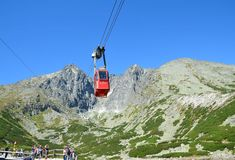 TATRANSKA LOMNICA,斯洛伐克- 2016年8月26日:去Lomnicky stit峰顶的红色缆车 它是其中一辆最陡峭的缆车  库存照片