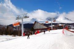 Tatranska Lomnica is skitoevlucht in Hoge Tatras Stock Afbeelding