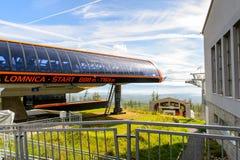 Tatranska Lomnica, Slovacchia, una corsa con gli sci e località di soggiorno di escursione Fotografia Stock Libera da Diritti