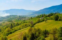tatras的高山,山的地道农村房子以野生生物,拷贝空间为背景, 图库摄影
