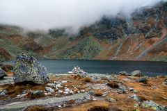 Tatras alto - o Hinc grande tarn fotos de stock