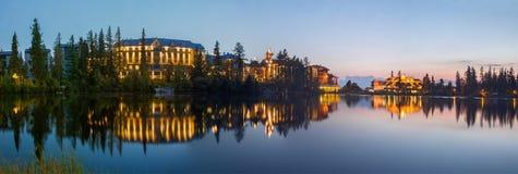 Tatras alto - os hotéis no lago strbske Pleso no crepúsculo imagens de stock
