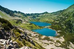 Tatras berg, dal av fem damm Sikt på berg och två sjöar Arkivbild