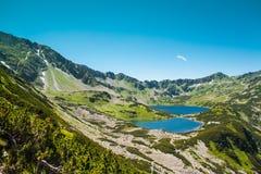 Tatras berg, dal av fem damm Sikt på berg och två sjöar Royaltyfri Foto
