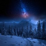 Tatras góry w zimie przy nocą i gwiazdami, Polska zdjęcie royalty free