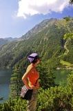 Tatras - occhio del mare, ragazza che esamina una montagna fotografia stock