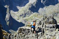 TATRAS, SLOVAQUIE - 26 AOÛT 2016 : Randonneur marchant sur le dessus en montagnes de Tatras Photographie stock libre de droits