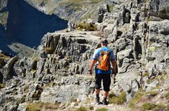 TATRAS, SLOVAQUIE - 26 AOÛT 2016 : Randonneur marchant sur le dessus en montagnes de Tatras Images libres de droits