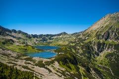 Tatrasbergen, Vallei van vijf vijvers Mening over bergen en twee meren Royalty-vrije Stock Fotografie