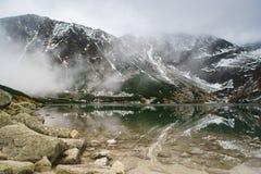 Tatry山卓越的反射在水中 免版税库存照片