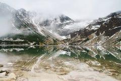 Tatry山卓越的反射在水中 库存照片