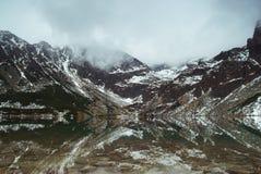 Tatry山卓越的反射在水中 库存图片
