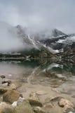 Tatry山卓越的反射在水中 免版税库存图片