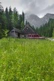 TATRZAŃSKI, POLSKA, CZERWIEC - 22: Góry schronienia dom w Tatrzańskim Mounta Zdjęcia Royalty Free
