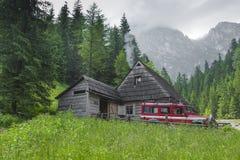 TATRZAŃSKI, POLSKA, CZERWIEC - 22: Góry schronienia dom w Tatrzańskim Mounta Zdjęcie Royalty Free