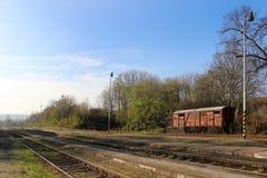Tatsächlicher Güterzug an der Station Stockfoto