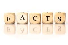 Tatsachen buchstabierten Wort, Würfelbuchstaben mit Reflexion Stockbilder