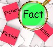Tatsachen-Fiktions-Haftnotiz-Papiere zeigen auf Tatsachen beruhendes oder unwahres Stockfoto