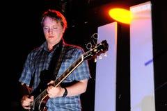大卫Tattersall、波浪生动描述英国摇滚乐队的吉他弹奏者和歌手 免版税图库摄影