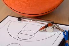 Tattiche di pallacanestro e del fischio su carta fotografia stock libera da diritti