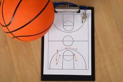 Tattiche di pallacanestro e del fischio su carta fotografia stock