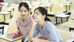 Tatto della ragazza dello studente sonnolento nell'aula Immagine Stock