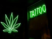 Tatto e insegne al neon della marijuana immagine stock