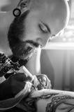 Tatto konstnär som gör hans jobb royaltyfri fotografi