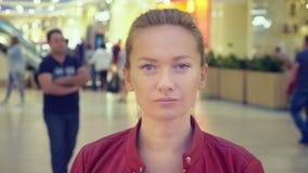 Tatto sorridente della giovane donna di sguardo della macchina fotografica attraente dell'AR felice in centro commerciale Fine in video d archivio
