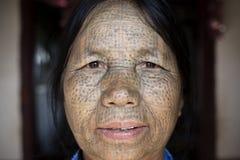 Tattoed kvinna för haka stam (Daai) Royaltyfria Bilder