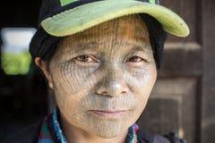 Tattoed kvinna för haka stam (Yin Duu) Royaltyfri Foto