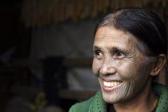 Tattoed kvinna för haka stam (Yin Duu) Royaltyfri Bild