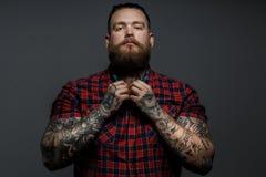 Tattoed män i röd skjorta Arkivfoton